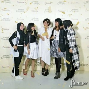 Strong women are the ones lifting each other UP,  not tearing each other down......In frame @nchiehanie @leonisecret @sophie_tobelly@dwinayusuf ...#latepost#kindness#lovelife#clozetteID #bloggerslife#TulusIntimateConcert#quotesoftheday