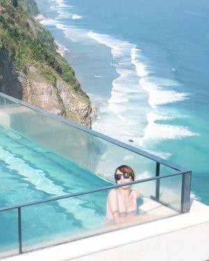 Moment favorite : berendam di kolam berenang sambil melihat ombak dan angin yang sejuk.Location : The Edge - One Eighty  #blogger #impiccha #piccha #tribepost #bandungbeautyblogger #clozetteid #bali #beachclubbali #theedge #oneeighty