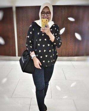 Karena kurusan di foto ini, jadi kudu diposting 😁😄😂.Jangan di swipe ya... Soal nya suami emang suka nyebelin klo di ajak foto 😪😅.Oia kaos @pixstore.id enak nih dipakainya.. Sayangnya lagi lagi ngatung dikit lengannya, mungkin besok besok boleh custom dong yg panjangan dikit lengannya 😁#ootd #ootdhijab #allinblack #hijabstyle #clozetteid