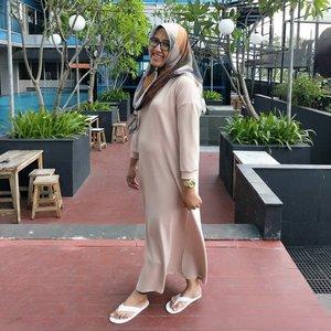 Ternyata perut saya masih offside🙈😬... Masih kek hamil,  padahal asli deh ngga lagi hamil 😪.Dress nya @sadiya.official ini enak deh,  longgar buat body segede kontainer kek saya,  trus bahan kaos adem walau tebel.. Jd ga perlu pake daleman lagi..harga juga ga terlalu mahal trus beli nya juga ga rebutan.. Akhir-akhir ini sebel juga sama beli baju yg rebutan 😒..Hijab : @elv.labelDress : @sadiya.official 📷 : @hendro_cui #ootd #clozetteid