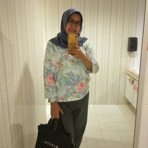 #ootd ke kantor kemaren.. Agak kurang matching celananya.. Andai punya celana pink pasti makin keceh *kodekeras nih 😉. 🧣: @littlejasmine_id 👚: @pixstore.id 👖: @shopatkuns👜: @marhen.j.#workingmom #mommiesonduty #hijabstyle #clozetteid