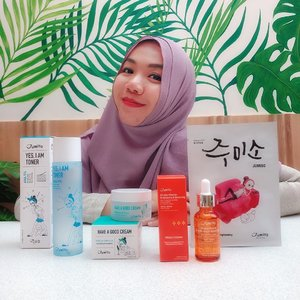 GRATITUDE POST 🏆 •••••• I'm grateful to be part of one of the reviewers for Stylekorean's Try Me Review with Jumiso  @stylekorean_global @jumiso_official ❤️ •••• They send me 4 Jumiso Product 🎁 🧡 Jumiso All day Vitamin Brightening & Balancing 💙 Jumiso Yes, I Am Toner Aha 5% 💚 Jumiso Have a Good Cream Snail& Centella ❤️ Jumiso First skin-Brightening Sheet Mask ••••• Personally I'm in love with Jumiso Product and suitable for my skin well. I like the packaging, the pictures on the packaging, the product formulation and the benefits of the product. Jumiso got my heart ❤️ ••••• 🎀 Tell me what jumiso product is your favorite? ••••••• #stylekorean #stylekorean_global #jumiso #skincare #makeup #beauty #selfie #clozette #clozetteid #kbeauty #kbeautyskincare #kbeautyblogger #abskincare