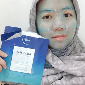 MIAH AQUA BLUE HYDROGEL MASK 💧 MOISTURE CHARGING @miah_ourtimetoshine ••••••Sheetmask's latest innovations in disposable masks.  This hydrogel material is truly unique, because for the first time I used this type of hydrogel mask•••••••Hydrogel material that makes when used feels cold on the skin and fresh. The size is quite right in my face and feels very unique when used, the blue color makes me look like a fancy avatar 😆 •••••••This moisture charging series contains many good extracts of berries, Blueberries, Blackberry, Raspberries, Strawberry, Cranberries, and also Carob ❤ ••••••I use this mask  40 minutes and doesn't feel like it while I watch Korean drama 😆 after the mask is removed, I feel my skin instantly moist and well hydrated 😌 part that makes it hard to move on is when the mask is thrown into the trash because this mask is too cute and I can't bear to throw it away although in the end I threw it away 🤣 and this is the most unique sheet that I have ever tried and I was very impressed. •••••••Have you tried this type of mask?  tell me•••••#sheetmask #hydrogelmask #kbeauty #skincare #makeup #selfie #clozette #clozetteid #beautybloggerindonesia #kbeautyblog #kbeautybloggers #idskincarecommunity #abskincare #abcommunity #skincarecommunity