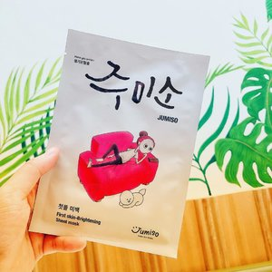 Facts! 🔎 Using  sheet mask is a part of South Korean culture. And also the soul of korean skincare routine 🇰🇷 •••• JUMISO - First skin-Brightening Sheet Mask 🧖🏻‍♀️ @jumiso_official •••• If you want skincare that provides results, use a sheet mask and you can feel it for yourself. I include those who routinely use sheetmask, in a week I can 2-3 times wearing a sheet mask. The sheet mask that I use is usually a variant to calm the skin and brighten the skin 👩🏻‍🦰 •••• Jumiso sheet mask is so special for me, because I love the material of sheet mask is so thinlight and deliver properly essence into the skin. So refreshing and revitalising sheet mask contains rich of vitamin A dan E to improve skintone and perfect moist properly 💧 •••• Living  in the capital city, we are prone to stress and it impacts on facial skin that is easily dull. When stressed, we need me time to revive the mood and so we stay healthy and positive. When me time,  is when using sheetmask 🥰 because I will feel happier, more alive because I'm a better person when I'm using sheetmask 😝 •••• I use sheet mask usually after cleansing and toning, then leave it for 15-20 minutes so the skin absorbs well.  after 20 minutes take off the mask and gently massage the serum into your skin proceed with a moisturizer to lock in moisture💦 Jumiso has 5 sheet mask variants that you should try and I highly recommend it ❤️ •••• You can get all Jumiso product at @stylekorean_global 🛒 and there best deal promo for bundling Jumiso product 😍 Let's check it out  http://bit.ly/35DZqhM  and shopping yay! 🛍 •••• #stylekorean #stylekorean_global #jumiso #jumisofirstskinbrighteningsheetmask #sheetmask #kbeauty #skincare #makeup #selfie #clozette #clozetteid  #kbeautyblogger #abskincare #kbeautyskincare