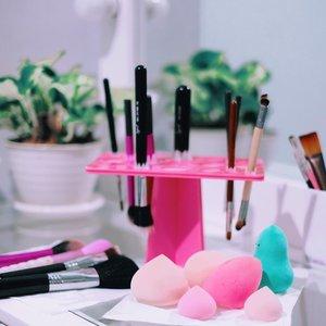 Feeling satisfied ☺️ - Punya banyak waktu di rumah jadi sering banget bersihin case makeup dan brush. Dulu mah boro-boro, nunggu berubah warna dulu itu brush baru deh dibersihin #mybad 🙈 - #makeupbrushes #clozetteid #makeup