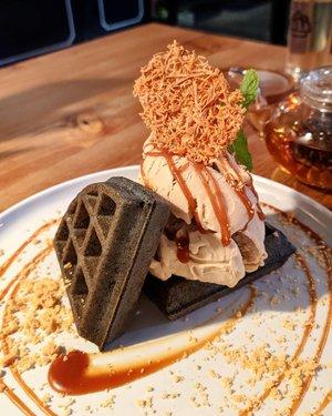 Happiness in my mouth is real when I eat you 🥰 . Cheers to @atlasbali waffle! Heavenly good! . The black waffle with earl grey ice cream is the bomb! The sweet and savory chicken with waffle is also yummiehhh.. . A hidden gem in Seminyak 💕 . NB: Lokasinya di gang kecil seberang rayjin. Kl mau parkir, jadi satu dgn parkiran dahana, rayjin situ trs jalan dikit nyampe deh. . . . #clozetteid #foodie #chickenwaffles #blackwaffle #balifood #bali #nom #food #wheninbali