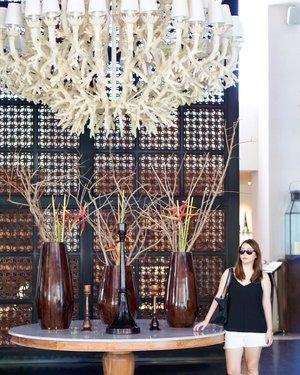 Stunning decoration 😍. My eyes are hooked to that chandelier, uh so beautiful....#bali #jimbaran #paragon #balihotel #baliholiday #balidaily #baliblogger #clozetteid #decoration #interior #chandelier