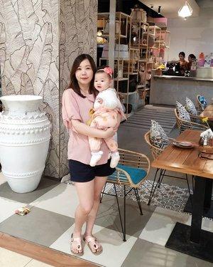 Going pink with baby K . (Swipe) Cipitnya kamu kl ketawa, nurun sapa seh... . . . #family #momanddaughter #momlife #clozetteid #bali