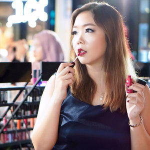 Be Bold.. Be You..!! Sometimes bold lips can define who you are without questions 💋 Who's with me 😘 . . . #absolutenewyork #bold #boldlips #defineyourself #makeup #lips #clozetteid