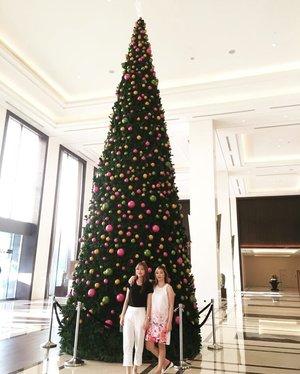 That giant 🎄 @fairmontjakarta by @bulgariofficial really captured my heart.Christmas is around the corner 😍.#christmastree #giantchristmastree #fairmont #fairmonthotel #clozetteid #wheninjakarta #jclianiinjkt #christmas #christmasdecorations #christmasdecor