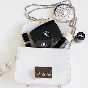 ❤ #classic #blackandwhite #purse #bag #minibag #Chanel #Guerlain #Furla #like #love #tagsforlikes #weheartit #beautyshareit #FDbeauty #femaledailynetwork #femaledaily #clozetteid #clozetteco #clozettedaily