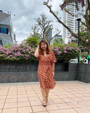 ada yang lagi order grab food 😁disini banyak loh grab food yang pakai sepeda. Lebih ramah lingkungan dan gak kalah cepet juga sama motor. Karena ada jalur yang motor gak bisa (one way/trotoar) sepeda bisa. btw, senengnya ada fotografer baru hihihi. #photooftheday #photography #igstyle #igbeauty #motd #potd #lotd #beauty #love #clozetteID #travelwithCarnellin #Singapore #city #citylife #grabfood #outfitoftheday #etsgo #dressoftheday
