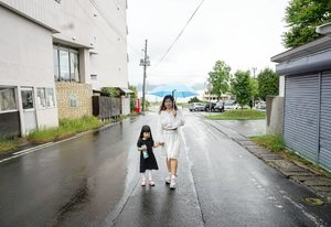"""""""Ma, kenapa saban kita foto kok hujan ya?"""" """"Karena langit terharu melihat keakraban kita""""Cieeeeee 😁 """"Btw ma, bagi donk payungnya 😑"""" #Hokkaido #summerinjapan #LakeToya #summervacation #holiday #motd #lotd #ootd #ClozetteID #letsgo #travel #styleoftheday"""