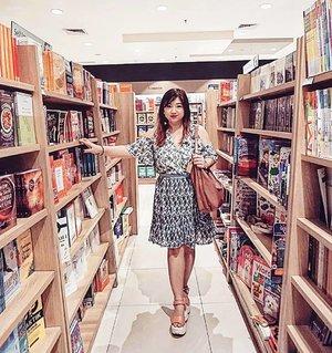Is there a library here?Siang-siang ngadem ke mall, akhirnya ke toko buku deh. Udah kaya permata nih toko buku, banyak yg berguguran. Wearing @foxiedox Lexie Cross Dress.#ootd #motd #carnellinstyle #potd #lotd #dress #outfitoftheday #outfit #style #dressoftheday #styleoftheday #beauty #clozetteID #foxiedox