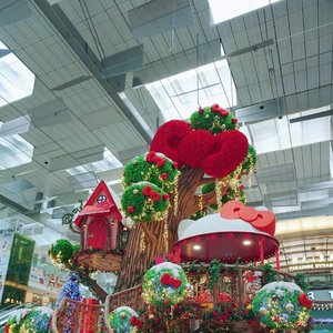 Dreamy isn't it? Like that Christmas Garden Tree House  with giant Red Bow pop with glistening lights you always wanted. Minus the ceiling of course.  #changiairport #sanrio #hellokitty #treehouse #christmas #decoration #love #decor #clozetteid #bow #redbow #trip #travel #holiday