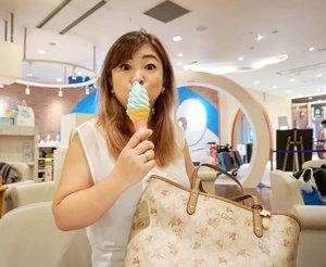 Ekspresi: ENAKKK BANGETTTTT HihihihiIni eskrim yang ada di area Doraemon, rasa vanilla mixed pake lemon soda, rasanya sweet tapi gak overwhelming with a hint of bubbly lemon. Susah dideskripsikan kecuali enaakkk 😁#doraemon #lemonsoda #icecream #love #live #newchitose #hokkaido #dessert #summerinjapan #travel #japan #beauty #coach #marketbag #ClozetteID