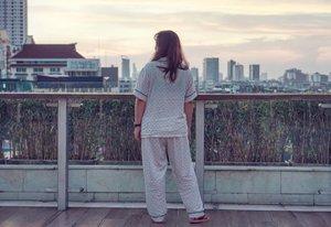 Maunya foto ala ala I woke up to this view, jadinya kaya pasien RS gt 😅Tapi emang lagi banyak yang sakit ya hari-hari ini (termasuk si dede) get well soon ya semua, biar semangat lagi, masih awal tahun baru... liburan masih ntar-an lagi uwuuu#beauty #carnellinstyle #love #View  #motd #lotd #ootd #photooftheday #photography #lookoftheday #Jakarta  #jakartalife #sunset  #lookbook #style #styleoftheday #ClozetteID#beautiful  #skyline