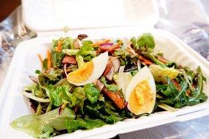 Finalllyyyyy, cobain juga @crunchaus.co hehehhe... yang ini lumayan doyan. Fresh gt sweet and sour sauce nya jadi rasanya gak boring.  What's your lunch tadi?  #foodoftheday #salad #ClozetteID #healthyfood #lunch #fresh #love #veggies #musttry #ketosis #ketodiet #freshfood #yums