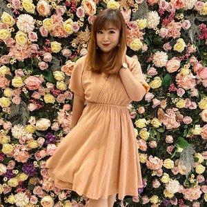 Pose senang pakai lippies baru 😘Video review ada di: https://youtu.be/k3OZrxvhf8I#merzy #igvideo #youtube #beauty #beautyyoutuber #igstyle #clozetteID #love #weekend #flowers #interiordesign #dressoftheday #dressup #peach #styleinspo #smallroomdecor #girlie