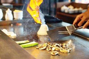 Flaming onions 🌋  Karena kamu suka bikin kita nangis 😢  #foodoftheday #salad #ClozetteID #healthyfood #lunch #fresh #love #veggies #musttry #ketosis #ketodiet #freshfood #yums #mushrooms #onion #flambe #steakhouse