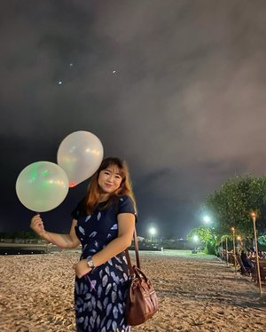 👩🏻‍🦰De, fotoin mama donk.👧🏻(click) done ma👩🏻‍🦰kok sekali aja?👧🏻i think it's enoughnow give me back my balloons.sekian-#igstyle #carnellinstyle #dresses #dressoftheday #styleinspo #styletoday #styleoftheday #hello #balloons #wedding #beach #Jakarta #clozetteid #today #night #hello #nightview