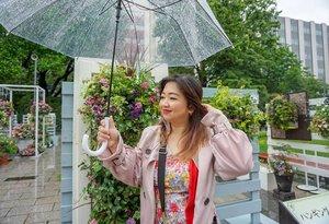 Refreshing rain (I wish), yang ada motor pada seliweran panik sampe gak lihat mobil lagi.  Chill people chill.  #days #rain #daily #life #Japan #summer #Hokkaido #umbrella #hello #traveldiary #ClozetteID #traveller #traveloutfit