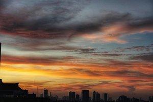 Selamat sore menjelang malam semua. Udah pada siap-siap pulang, otw ke rumah atau rencana agak lembur nih?Anyway, makan malam jangan di skip ya. Drpd ntar malem kelaperan kalap, mending makan sekarang 😁#nightphotography #nightsky #nightview #afternoonsky #citylife #skyline #citylife #cityskyline #hello #Jakarta #clouds #sunset #photooftheday #ClozetteID #photography