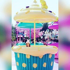 Spin and spin inside a cupcake.  #cupcake #themepark #usj #universalstudiojapan #osaka #spring2018 #Clozetteid #blogger #travel