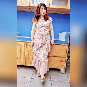 Rata-rata baju kondangan itu gak nyaman, entah bahannya gatel, fittingnya kebangetan atau apalah yang bikin kita terlalu sadar diri atau menderita.  Kali ini nemu yang enak dipake serta cantik 😊  Buat yang punya body bagus mah gak masalah cari baju yang nyaman, nah buat yang chubby dan berisi kaya aku, dress-dress kaya gini, 'penting' banget 😁  #dressedup #alicemccall #motd #alicemccalldress #lotd #ootd #clozetteID #beauty #outfitoftheday #styleoftheday #lookbook #pinkdress