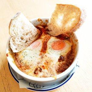 "Percaya deh, jangan lihat bentuknya, rasanya enakkk bangst eh bangettt (🤦🙇) typo fatal... Kaya pas lagi chat buru2 mau tulis ""Iya tau"" tapi bukannya u tapi i Gaswat kan. Bikin ribut.  #foodoftheday #bakedeggs  #ClozetteID #healthyfood #lunch #fresh #love #veggies #musttry #soup  #tomatobased  #freshfood #yums #igfood #musttry #foodoftheday #foodies #delight"