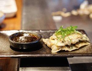 Hashtag #pangsit dipakai lebih dari 100rb, hidup #dumplings ... yang lebih dari sejuta 🤣  Emang enak sih ya, siapa disini yang doyan juga?  #igfood #yums #foodies #delicious #love #musttry #clozetteid #freshfood #teppanyaki #jakartaculinary