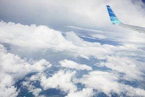 It's raininggg 🌦🌈 Jadi inget, kemarin-kemarin pas diatas sana dengan @garuda.indonesia pas banget uap air dan cahaya mataharinya, jadi pelangi gitu. Swipe deh buat lihat pelangi nya lebih jelas. What a view 😍#garudaindonesia #rainbow #viewfromabove #clouds #live #sky #clozetteID #love #life #beautiful #wonderfulview #gorgeous #amazingview #airlines