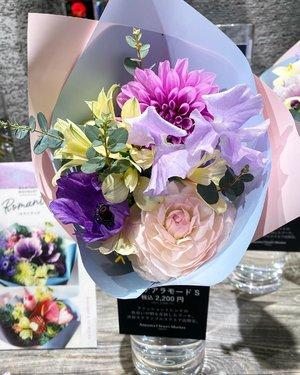 Buket bunga seperti ini harganya 2200 yen. All real flowers, jadi pas musim semi, bunga-bunganya cantik semua dan saban lewatin florist pengen beli aja bawaannya meski ga tau juga buat apa kan 😁 Kalau stay disana sih boleh #flower #bouquet #Japan #spring #love #clozetteid #beauty #igdaily #igers #potd #photography #photooftheday