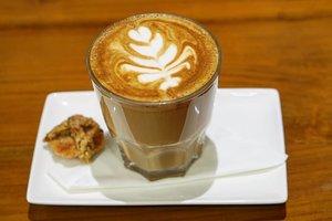 Coffee time. Lalu malam gak akan bisa tidur 😅#coffee #coffee_inst #latte #coffeelovers #love #drinks #clozetteID #coffeeoftheday #coffeeart #hazelnut