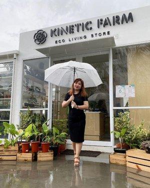Rain with a chance of bakso.🧆 Karena pas hujan makan bakso tuh entah kenapa rasanya jauhhh lebih enak. Baksonya juga gak usah pake yang merk2 😁biasanya yang enak yang di pengkolan atau deket lapangan sekolah anak-anak.......pegang payungnya sampe dua tangan sis? karena, anginnya gak santai disini 🚁🌪#hore #rain #weather #jakarta #clozetteID #igdaily #igers #instagood #instadaily #style #beauty #plants #nature #instagram #blackdress #dressoftheday #mendung #cloudy #cloudyday #raining #umbrella #rainyday