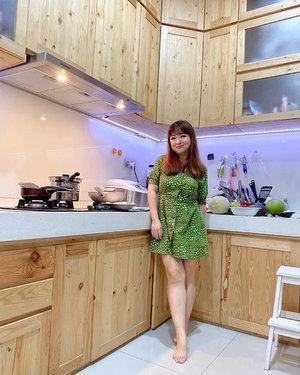"Gaya masak... (gemuruh orang rumah bilang ""yeah right"") Drpd brush pada debuan, sponge kaku, makeup an aja dirumah 😁  #style #ootd #greendress #hello #clozetteID #carnellinstyle #potd #stayathome #dirumahaja #kitchen #decor #homedecor  #photography #motd"