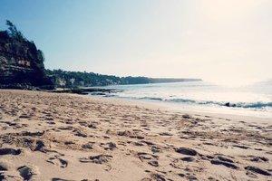 A bit cloudy today after heavy rain at dawn. Sekarang Bali lagi mau ke arah eco friendly, belum 100%, tapi kantong plastik sudah dilarang hampir di semua tempat perbelanjaan.  Penanganan sampah plastik masih kurang tepat, karena masih dibakar begitu saja. Asapnya pastinya juga buruk untuk kesehatan.Jadi harus mulai dari kita juga ya untuk tidak menyampah dan mulai belajar sortir sampah untuk didaur ulang dengan benar. _________#beauty #carnellinstyle #love #sun  #sea  #beach  #sand  #photooftheday #photography #letsgo  #outfit #outfioftheday #outfitinspo #lookbook #style #styleoftheday #ClozetteID#ocean  #seaside  #travelwithCarnellin #bali
