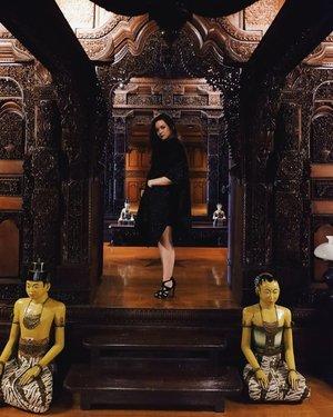Rumah Kudus at Le Meridien Jakarta. Rumah Kudus ini penthousenya @lemeridienjkt. Rumah ini dibangunnya bukan di hotel, tapi rumah ini dibawa pake helikopter buat ditaroh di lantai paling atas hotel. Mejik banget, man!  Sayang banget jarang ada yang tau tentang Rumah Kudus padahal menurut gw ini keren banget. Berasa Javanese royal family 👑  Btw itu patungnya yg duduknya ga simetris, bukan fotonya. Tapi gw ga berani geser patungnya hahahaha! 📷: @edbert.s