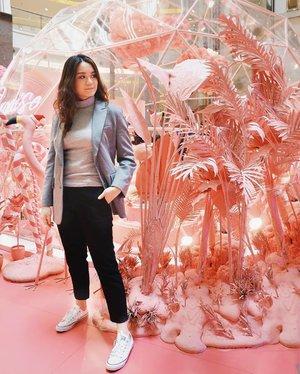 Hari terakhir 2019 main ke rumah para flamingo 🦢 ga ada emoji flamingo jadi pake angsa aja. Btw debut sepatu baru doooong, masih super putih tapi masih kaku. Mesti dipake 1.359x biar lembek kayak sepatu yang lama.  Difotoin @cinantya yang selama disana super happy liat segalanya pink tapi kzl juga soalnya banyak anak kecil lari-lari 🧒 #Clozetteid #pinkparadise #pacificplacejakarta #pacificplacemall
