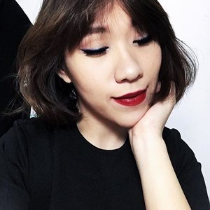 Classic look never fail. My personal favourite is the winged liner with dark red lips. . I soften the whole look with @sariayu_mt #TrendWarnaKrakatau Eyeshadow 01 using the darkest blue to diffuse the the sharpness of my liner & puting the teal right in the center for a more dimentional eyes. On the lips I'm using Sariayu Duo Lip Color shade 01, a very classic blue-ish red that flatter my skintone the most. Concentrating the color on the inner lip and finish it off with soft lip line all around. . . #classic #classicmakeup #redlips #softwing #wingedliner #wingedeyeliner #sariayu #localproductindonesia #localbrandindonesia #localbrand #beauty #makeup #asian #asians #shorthair #femaledaily #fdbeauty #clozette #clozetteid