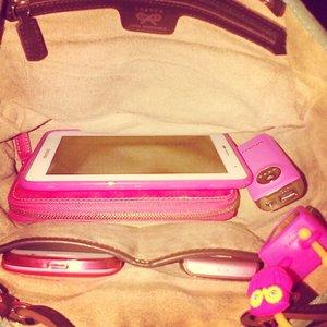 #outfitoftheday #ootd #pink #anyahindmarch #bag #vivan #powerbank #wellcomm #instagram #instadaily #bbpearl #pocketbac #bbw