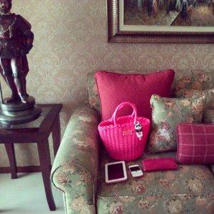 Today's outfit #katespade #katespadeid #katespadeny #photooftheday #ootd #pink #homedecor #decoration #home #flower #green #painting #classic #pocketbac #popofpink #livecolorfully #decor