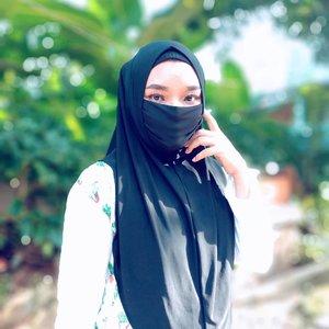 HIJAB MASKERSekarang saat diharuskan memakai masker, kalau keluar rumah gak perlu make up lengkap ya, yang penting make up lengkap mata and alis on point 🤭👌🏻pakai bedak juga setengah doang dari dahi ke hidung 🤭 jadi sekarang aku mau koleksi make up mata aja (eyeshadow, eyeliner, and eyelashes). Awal2 akai beneran gak bisa napas kalau pakai hijab masker kayak gini. Karena biasa pakai hijab + masker. Soalnya bahannya jersey, jadi tight banget ke wajah 😁 Tapi beneran jadi praktis sih, saat gak butuh maskernya, tinggal dikebawahin aja.Kalo kalian yang pakai hijab, lebih nyaman pakai hijab masker apa hijab biasa? 😊 📷@asusid Zenfone 5#ClozetteID #skincareobsessed #bodycare #ClozetteID #photooftheday #iloveskincare #selfcare #skincareobsessed #hijabstyle #beautyproducts #dewyskin #makeupjunkie #instabeauty #healthyskin  #wakeupandmakeup #beautystuff #glow #beautytips #beauty #hijabmasker