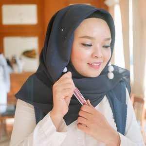 Jadi gimana, kalian kapan terakhir lipenan? Secara kemana2 maskeran terus kan? 😁 Aku?  Barusan 😊  #newnormallife tetep lipstikan gak? Iya, tapi #DiRumahAja, biar gak pada expired ini koleksi lipstik di rumah.  #ClozetteID #skincareobsessed #bodycare #IndonesianFashionHijab #photooftheday #iloveskincare #selfcare #skincareobsessed #hijabstyle #beautyproducts #dewyskin #makeupjunkie #instabeauty #healthyskin  #wakeupandmakeup #beautystuff #glow #beautytips #beauty #Skincare #lipstick