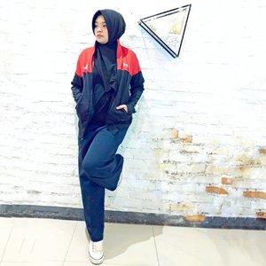Confidence is the best fashion accessory (Vivienne Westwood)Have you heard that?Yea, percaya diri adalah salah satu kunci untuk tampil fashionable. Seperti jaket yang kukenakan ini nih, jaket eksklusif dengan tema Republic of Gamers (ROG) yang merupakan brand gaming dari Asus, bikin aku makin percaya diri dan fashionable. Ini jadi salah satu jaket favorit aku. Mau dipakai kemana aja, keren aja. Perpaduan warna merah dan hitam yang sangat keren 😍Gimana gak keren, jaket eksklusif ROG x Under Armour ini hadir dengan desain khusus dan hanya tersedia untuk pasar Indonesia katanya. Jaket ini juga gak dijual bebas dan hanya tersedia dengan jumlah yang sangat terbatas. And the price is IDR 1,9mio, cmiiw. Yeah, I'm very lucky person to have it 💃💃Ini adalah jaket pertama yang kudapatkan dari @asusrog.id @asusid as a reward dari lomba blog asus yang diadakan beberapa waktu lalu 💕💕 So far info yang aku baca sih, kalau kalian membeli laptop gaming @AsusROG terbaru akan mendapatkan jaket eksklusif ini.Ukuran yang aku pakai adalah M, kukira bakal kekecilan, gak taunya pas juga nih 🙂Last one, thank you Asus 😘#OOTD #dress #hijab#tutorialhijab #tutorialhijabsquare #tutorialhijabers #clozetteID#hijabstyle #ootdhijab #ootshijabers #inspirasihijab#hijab #hijabindonesia #HijabSquare # #likeforlikes#FashionHijab #stylehijab #ootdhijabindo