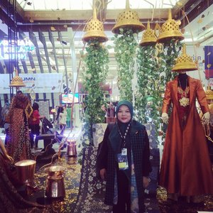 Indonesia Fashion Week 2018 banyak mengangkat busana khas tradisional yang di mix dengan busana modern, salah satunya terinspirasi dari Candi Borobudur yang sangat natural. Saya ingin punya baju yang sebelah saya ini nih 😁#Indonesiafashionweek2018 #culturalidentity#clozetteid