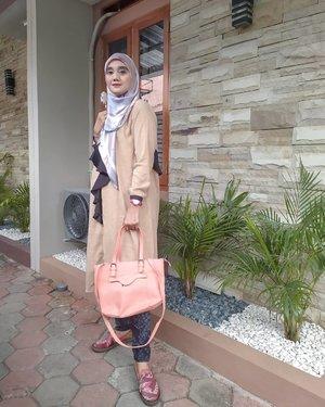 Aku pecinta fashion oleh karena itu aku selalu uptodate dalam berfashion untuk travelling, hangout apalagi untuk kerja.   Kali ini aku pake tunik,jeans dan hijab bermotif. Tidak lupa tas yang ingin dibawa untuk beraktivitas kerja, kali ini aku menggunakan sepatu motif batik.  Yuk kalian share ootd kerja kalian @diahagustina65 @yantialif1 @mwuryantati @miskahkhairani @indri_kurniawan87 . Sebelum upload ootd #GayaKerjaHariIni kalian harus langganan dulu ke *500*46# karena banyak informasi seputar pekerjaan termasuk  lowongan kerja.  @hip500 @tloker_info @telkomsel. #clozetteid #likeforlikes #ootdhijab