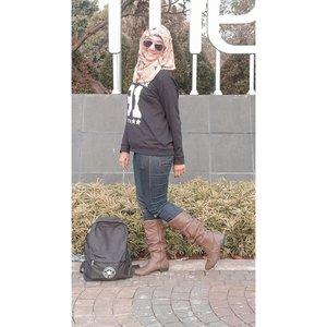 Aku pecinta fashion oleh karena itu aku selalu uptodate dalam berfashion untuk travelling, hangout apalagi untuk kerja. Ini gayaku pas mau berangkat kerja dengan style kece dan modis. Aku  menggunakan sepatu boots, jeans dan tas yang kece. Yuk kalian share ootd kerja kalian @vharanie @nannisa7 @resicute @tatisuherman @mamahkenyang . Sebelum upload ootd #GayaKerjaHariIni kalian harus langganan dulu ke *500*46# karena banyak informasi seputar pekerjaan termasuk  lowongan kerja. @hip500 @tloker_info @telkomsel.#2020 #adobelightroom #tonekillers #preset #igotd #FullSpeedFlagship #DareToLeap #clozetteid