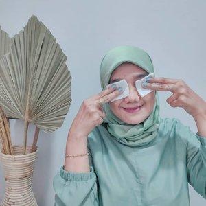 Bersihin makeup praktis hanya 15 detik dengan Zaitun Oil dari @azaleabeautyhijab yang Rosehip.   Kalian bisa swipe ke kanan cara pemakaiannya yah. Zaitun oil ini bisa melembabkan kulit saat dipakai untuk bersihin makeup dan bisa juga untuk pijat secara oilnya aman untuk di tubuh juga.   Makeup riasan pun terangkat dan wanginya itu yang aku suka banget #ByebyeGengWaterproof #AzaleaBeautyHijab #BeautyFromSunnah #AzaleaZaitunOil #AntiPerihAntiRibet #MeTimeWithAzalea #Skincare #mominfluencer #beautyinfluencer #clozetteid