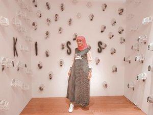 BismillahAssalamualaikum kak Ria MirandaSalah satu hobiku adalah mix & match fashion muslimah, aku selalu up to date dalam berfashion. Seperti aku menghadiri sebuah event, ngumpul bersama keluarga, hangout sama teman dan sampai fashion untuk travelling. Berpakaian muslimah dan aurat tertutup bagi seorang wanita wajib hukumnya dalam Islam. •Aku mengagumi kak @riamiranda sejak tahun 2017 pertamakali aku diajak untuk melihat koleksi-koleksi kak Ria Miranda di acara Fashion Show. Suatu kebanggaan dan kebahagiaan tersendiri ketika melihat baju-baju muslimah karya Kak Ria Miranda. Suatu kebahagiaan juga apabila Aku terpilih sebagai salah satu pemenang umroh bareng kak Ria Miranda, tim telkomsel dan pemenang lainnya.••Ini gaya fashion muslimahku untuk menghadiri sebuah event dan kalian bisa juga share OOTD muslimah kalian dengan caranya langganan telkomsel di *500*225# setelah langganan SMS. Setelah langganan kalian upload muslimah kece kalian share ke Instagram kalian. Yuk @itsyuliayu @fatmagirls91 @resicute @isna.borneo @liza_zah ikutan kuisnya cuss genks ••@hip500 @quizyid @telkomsel #hip500 #ngeHipbarengRiaMiranda#2020 #adobelightroom #tonekillers #preset #igotd #FullSpeedFlagship #DareToLeap #clozetteid